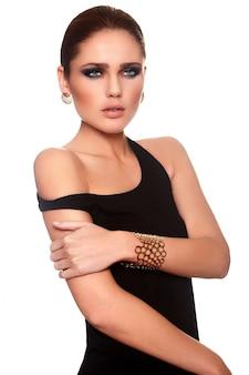Haute couture look.glamour portrait de beau sexy caucasien jeune femme élégante modèle avec des lèvres juteuses et un maquillage lumineux
