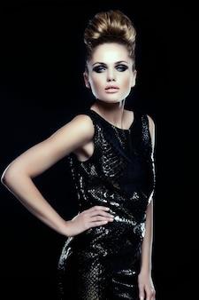 Haute couture look.glamour portrait de beau sexy élégant caucasien jeune femme modèle féminin en robe noire avec maquillage lumineux et coiffure