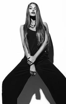 Haute couture look.glamour portrait de beau sexy élégant caucasien jeune femme modèle en vêtements noirs posant près du mur