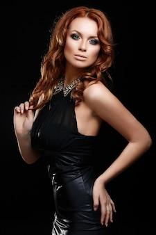 Haute couture look.glamour portrait de belle rousse sexy élégant caucasien jeune femme modèle avec maquillage lumineux, avec un nettoyage parfait en robe noire