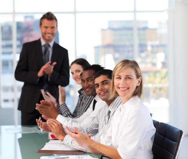 La haute direction applaudit lors d'une réunion