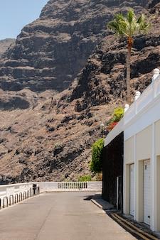 Haute falaise avec bâtiment blanc