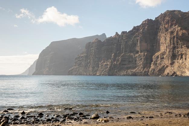 Haute falaise avec ciel nuageux