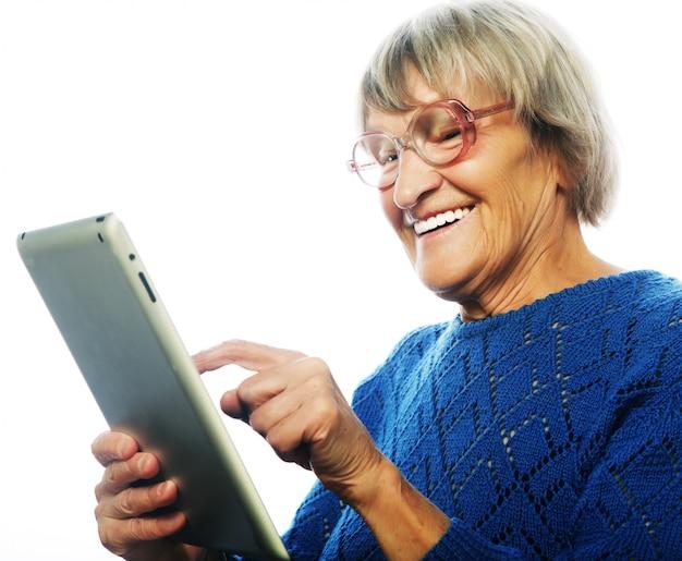Haute femme heureuse à l'aide de tablette numérique
