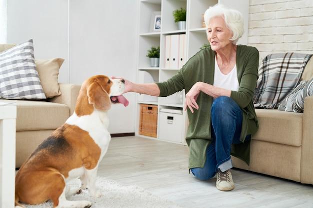 Haute femme jouant avec son chien