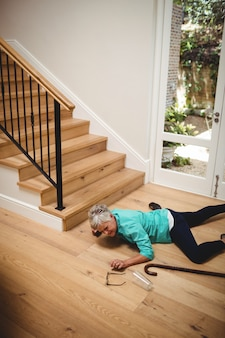 Haute femme tombée des escaliers