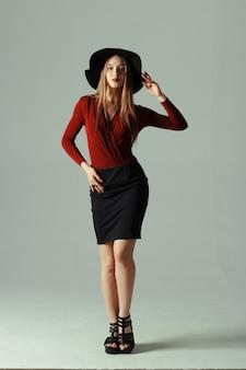 Haute mannequin posant dans un chapeau