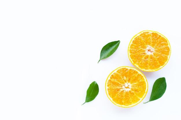 Haute teneur en vitamine c, fruits orange avec feuilles sur fond blanc.