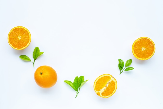 Haute teneur en vitamine c, juteuse et sucrée. fruits orange frais avec des feuilles vertes sur blanc