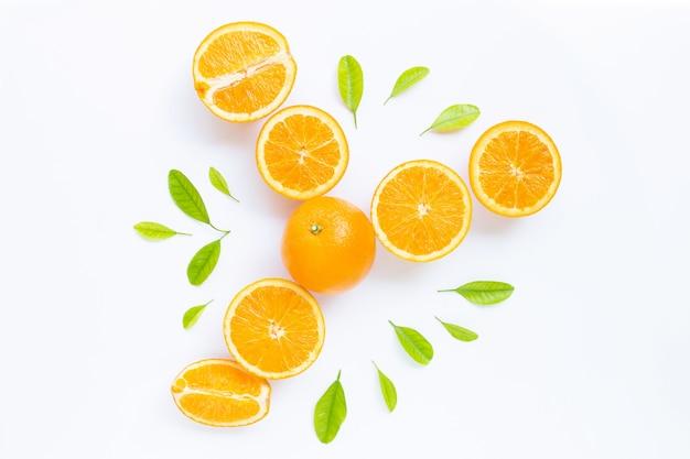Haute teneur en vitamine c, juteuse et sucrée. fruits orange frais avec des feuilles vertes sur blanc.