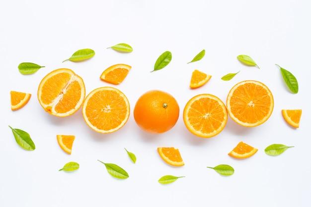 Haute teneur en vitamine c, juteuse et sucrée. fruits orange frais avec des feuilles vertes