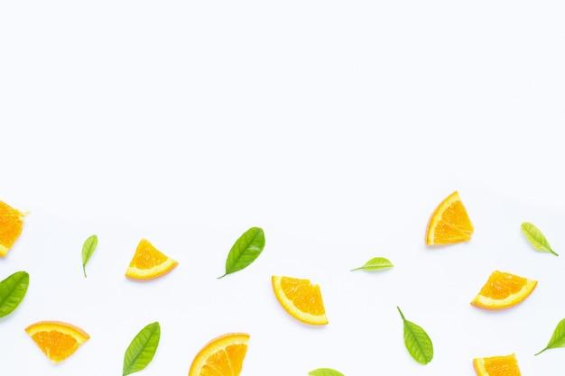 Haute teneur en vitamine c, juteuse et sucrée. fruits orange frais avec fond de feuilles vertes