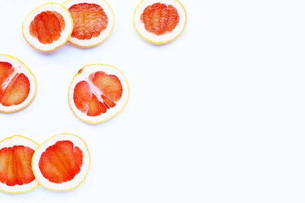 Haute teneur en vitamine c. tranches de pamplemousse juteux sur fond blanc.