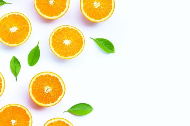 Haute vitamine c, juteuse et sucrée. fruits orange frais sur blanc.