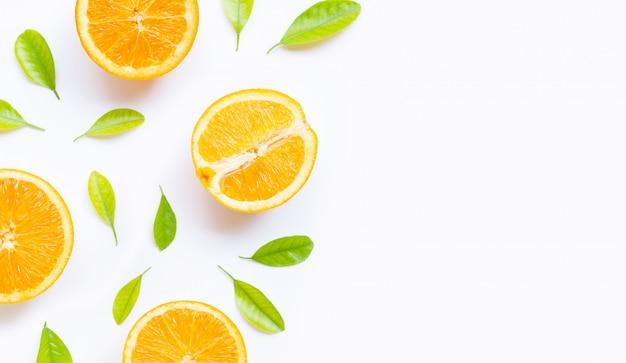 Haute vitamine c, juteuse et sucrée. fruits orange frais avec des feuilles vertes sur blanc.