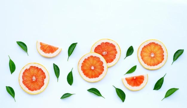 Haute vitamine c. tranches de pamplemousse juteuses sur blanc.