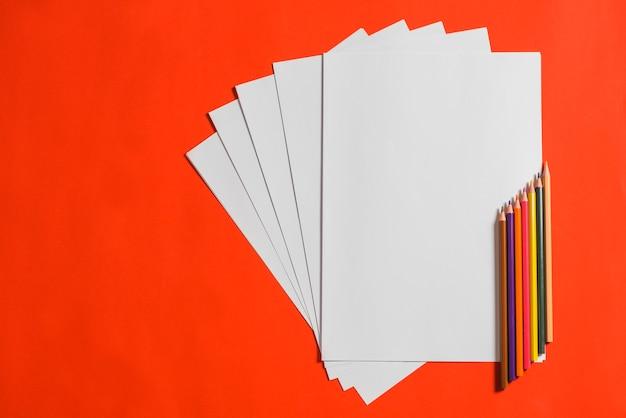 Haute vue angle, de, couleur, crayons, à, papier blanc