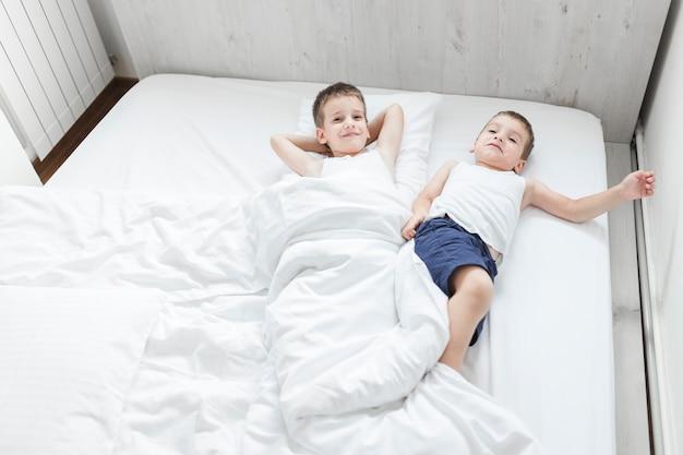 Haute vue angle, de, deux frères, coucher lit