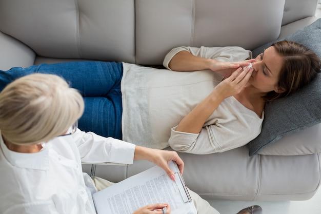 Haute vue angle, de, femme relâche, sur, sofa, par, thérapeute