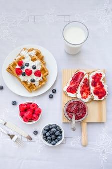 Haute vue angle, de, gaufres, à, petits fruits, et, lait