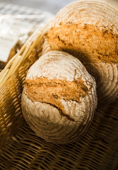 Haute vue angle, de, pain cuit, dans, osier, panier, à, boulangerie, stalle