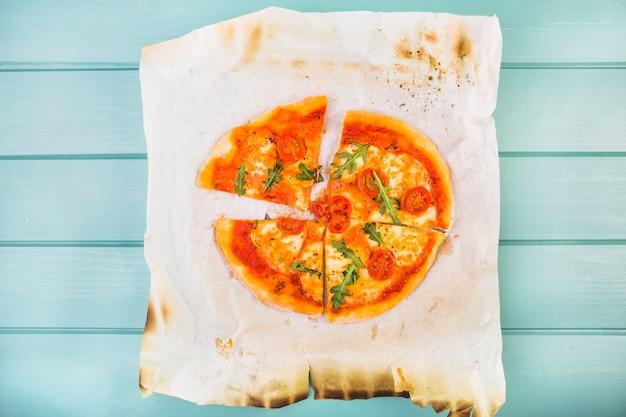 Haute vue angle, de, pizza, tranches, sur, brûlé, papier