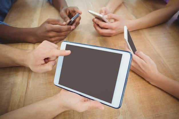 Haute vue angle, de, recadrée, main, pointage, à, tablette numérique