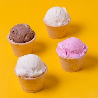 Haute vue différentes saveurs de crème glacée en cônes
