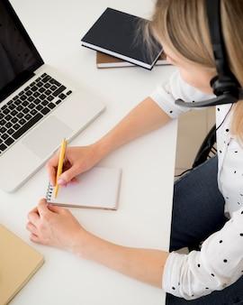Haute vue, femme, écriture, sur, a, bloc-notes