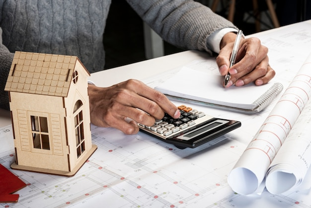 Haute vue gaucher calculant et écrivant
