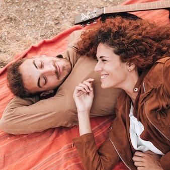 Haute vue, heureux, couple, coucher couverture
