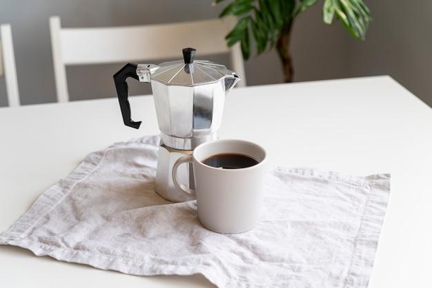 Haute vue de la machine à café moderne décor
