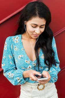 Haute vue portrait de femme en regardant son téléphone