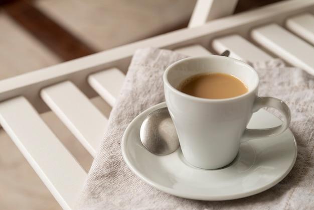 Haute vue tasse de café sur chaîne
