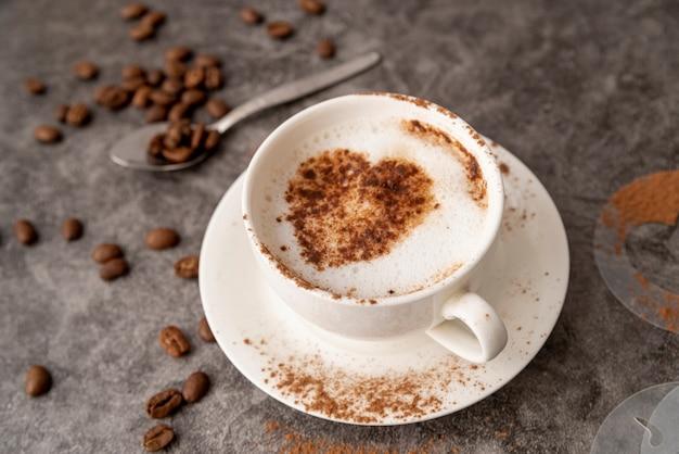 Haute vue tasse de café avec un coeur