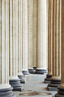 Hautes colonnes de marbre comme toile de fond, conception architecturale
