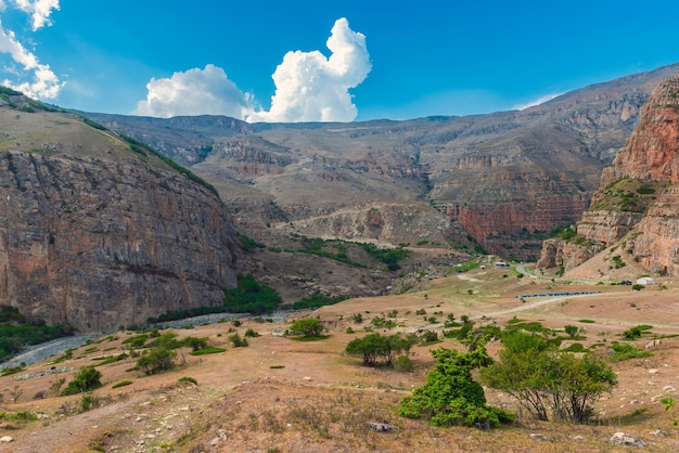 Hautes falaises majestueuses et ciel bleu avec des nuages
