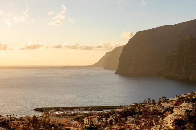 Hautes falaises avec mer au coucher du soleil