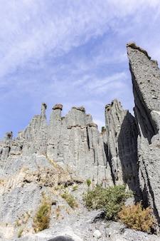 Hautes falaises de putangirua pinnacles. île du nord, nouvelle-zélande