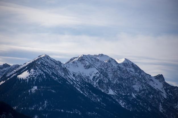 Hautes montagnes alpines avec de la neige en allemagne et beau ciel bleu