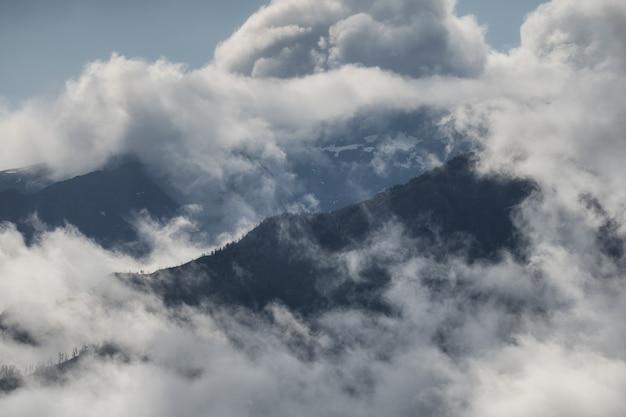 De hautes montagnes dans les nuages