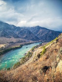Hautes montagnes, une rivière de montagne katun de couleur turquoise