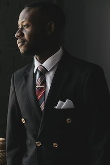 Head shot grave perplexe homme d'affaires afro-américain regardant l'écran du portable
