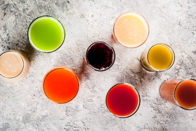 Healthy food concept, différents smoothies de jus de fruits et de légumes