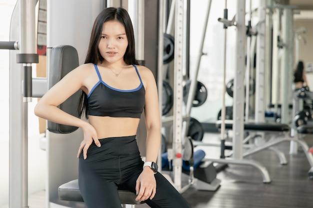 Healthy slim femme asiatique fit portrait personnes dans le club de sport de remise en forme.