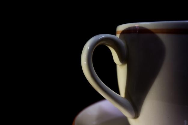 Heart by shadow forme l'oreille de la tasse de café.