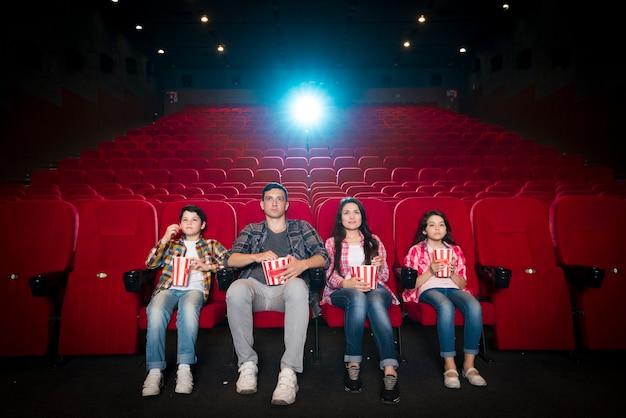 Héhé, assis au cinéma