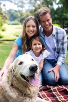 Héhé, assis dans le parc avec leur chien