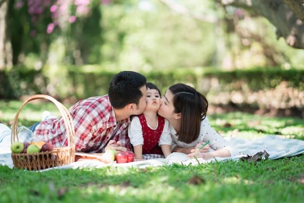 Héhé, assis sur l'herbe lors d'un pique-nique dans un parc