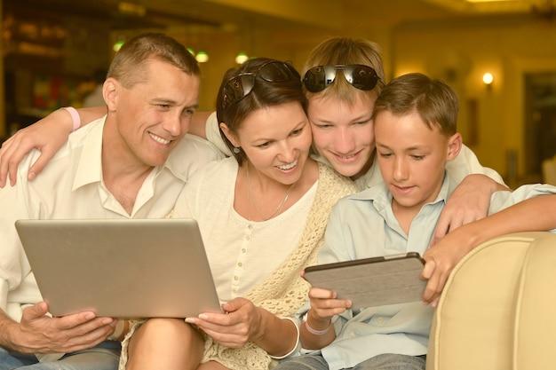 Héhé, assis avec ordinateur portable et tablet pc